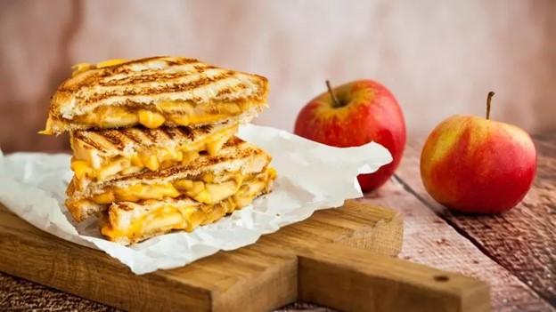 Tost s karameliziranim lukom, jabukom i cheddar sirom